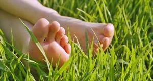 bare_feet_in_grass